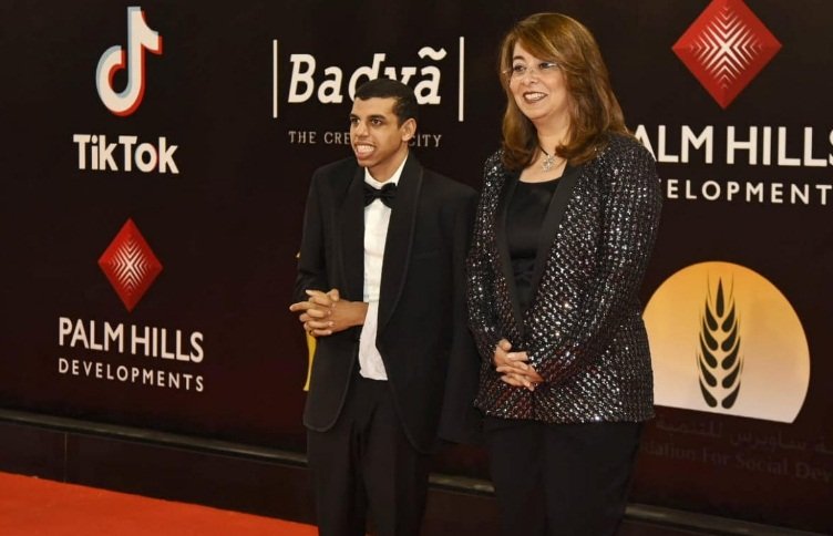Social Solidarity Minster walks red carpet with pianist with disability